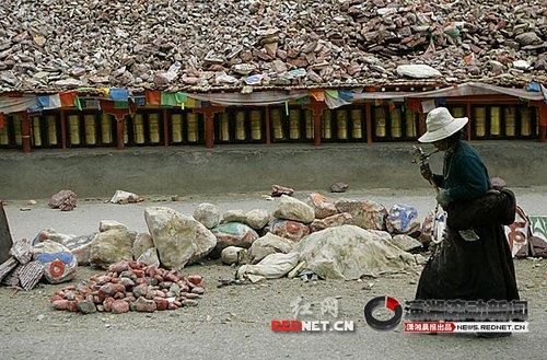 """世界最大玛尼石堆""""新寨玛尼堆""""震中损毁"""
