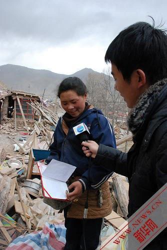 4月17日,在青海省玉树藏族自治州玉树县,更松代吉在接受新华社记者采访。