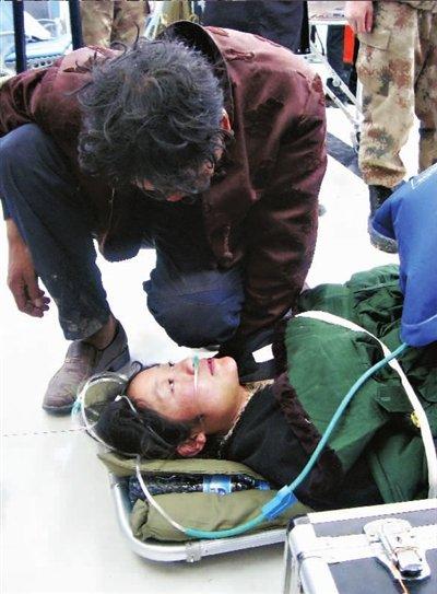 湖北医疗队空中转运伤员 起飞前成龙登机祝福