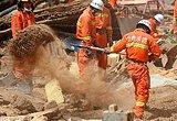甘肃消防队员在废墟中搜救幸存者