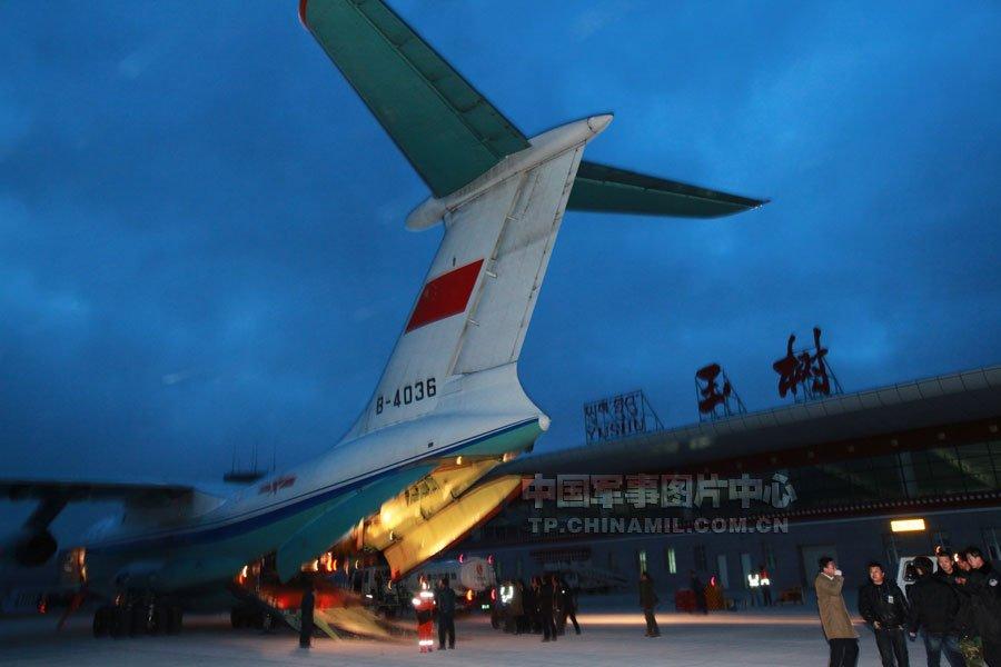 4月14日20:20时,空军两架伊尔-76大型运输机运送的第一批中国国际救援队队员到达玉树,立即开展救援任务。谭超摄
