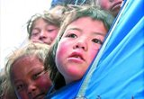 躲在帐篷里的孩子对外界充满好奇