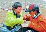 福利院孩子两个人同吃一碗饭