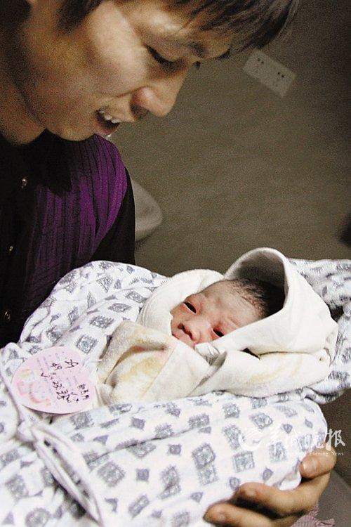 刚做爸爸的小刘幸福地抱着儿子看了又看 羊城晚报记者   摄 -还是好人多