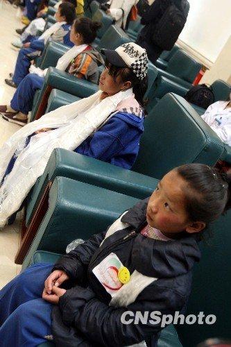 玉树地震:震区福利院孩子抵达北京休整