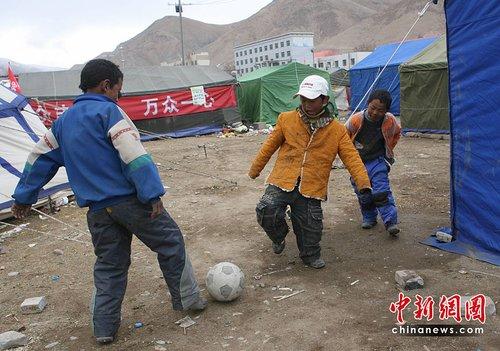 """青海玉树地震:""""帐篷村""""里的足球赛"""