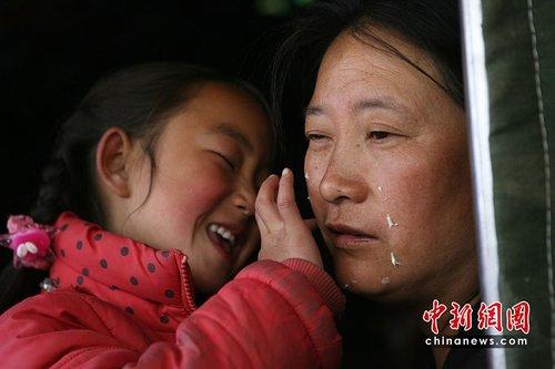 青海玉树地震:女孩为妈妈描画新生活