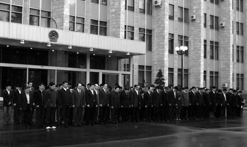 组图:中国驻俄大使馆为地震遇难者降半旗志哀