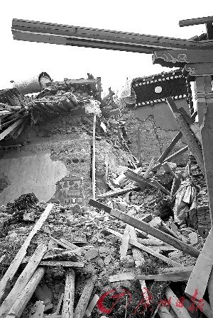 玉树最大藏传佛教寺庙经堂在地震中毁坏