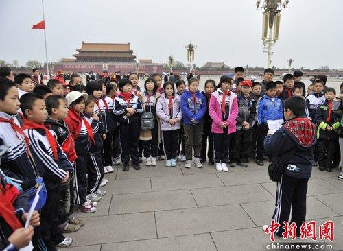 小学生在天安门广场悼念地震遇难者