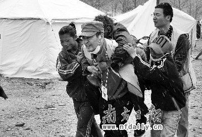 广东救援队第一个进玉树 救出灾区首名幸存者