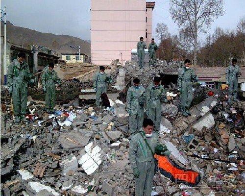 组图:玉树各界民众为地震遇难者默哀