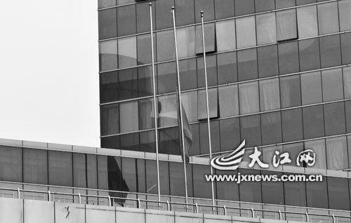 南昌八一广场降半旗向玉树地震遇难同胞志哀