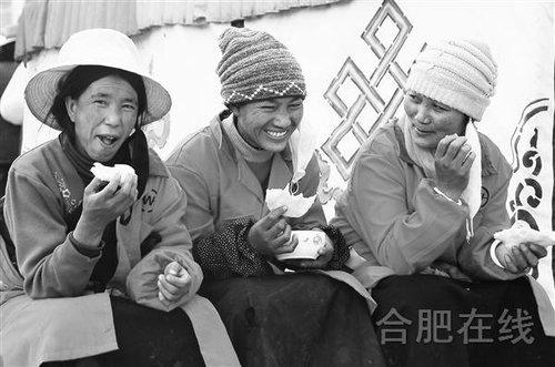 吃油饼的藏民
