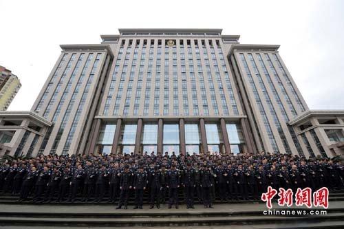 重庆公安民警向青海玉树地震遇难同胞致哀