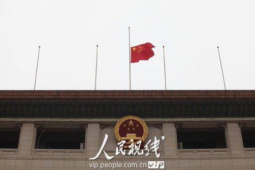 全国哀悼日:群众自发在天安门广场悼念地震逝者