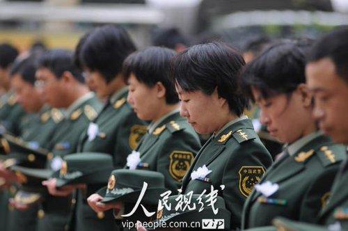 山西临汾:武警官兵冒雨哀悼玉树地震遇难同胞