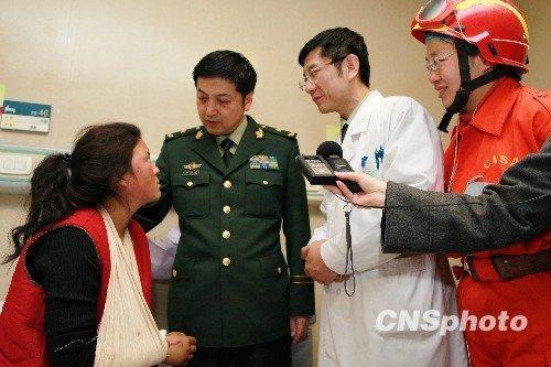 胡总书记探望过的藏族小姑娘卓玛抵京治伤