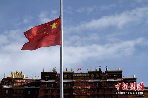 图:布达拉宫为地震逝者降半旗