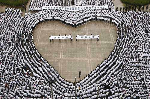 山东高校师生为玉树地震遇难者祈福