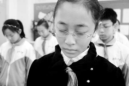 汶川地震芭蕾女孩为玉树遇难同胞默哀(图)