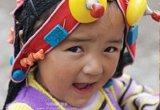 戴着美丽头饰的玉树藏族小女孩