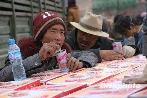 图:玉树县为居民发放免费食品