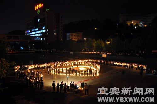 千名学生为玉树点烛祈福