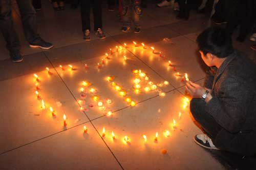 郑州市民自发聚会为青海灾区祈福加油