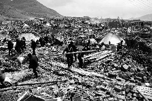 昨日,玉树结古镇的灾民们正在废墟上收拾木料,为重建做准备。 本报记者 赵亢 摄