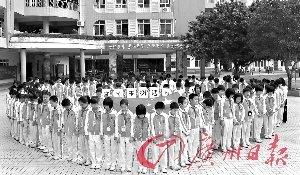 四会市碧海湾学校的学生们围成心形志哀。记者于敢勇 通讯员江涛摄