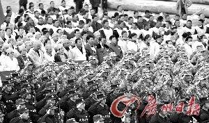 玉树结古镇镇政府广场上,救援人员、医护人员、当地群众一起悼念遇难同胞。 新华社发