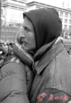 两名外国人在格萨尔广场上致哀。新华社发