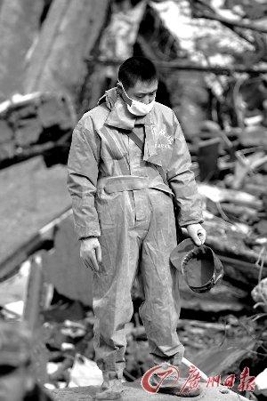 昨天上午一位救援者在玉树结古镇格萨尔广场脱帽哀悼。新华社发