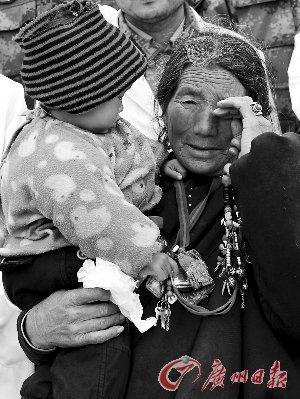 一位藏族老人在玉树结古镇格萨尔广场举行的哀悼仪式上落泪。新华社发