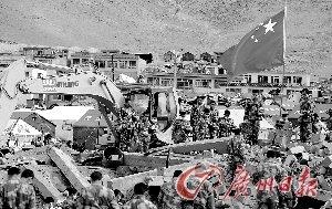救援队员在地震废墟上默哀。 特派记者杜江摄