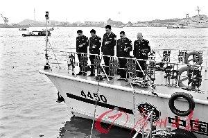 边检民警交通艇上默哀。通讯员邓书山摄