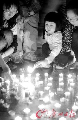 昨晚市民自发集中在中华广场点燃蜡烛哀悼。 记者邵权达摄