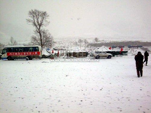 玉树结古镇开始下雪 积雪达5-6厘米(组图)