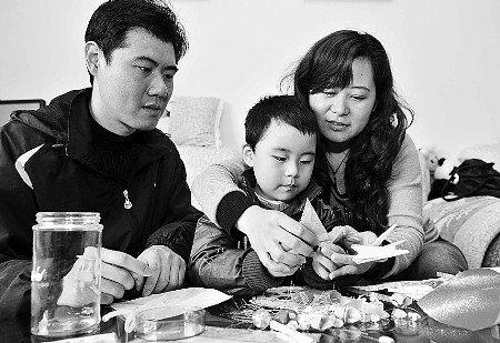 北川援建者一家同折千纸鹤 为玉树同胞祈福