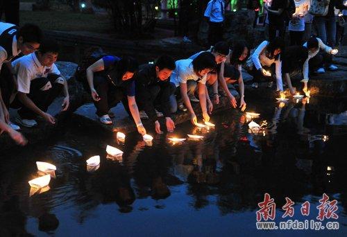 昨晚,南方医科大学学生自发地聚集在学校荷塘点蜡烛吊念遇难的玉树同胞。