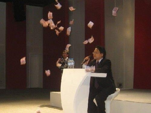伍皓在人大演讲遭网友扔一身五毛纸币(图)