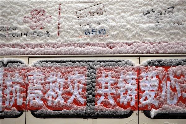 4月22日,在玉树藏族自治州体育场受灾群众安置点,一救援车辆被雪覆盖。
