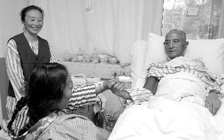 玉树夫妻地震受伤后医院重逢 丈夫手势传思念
