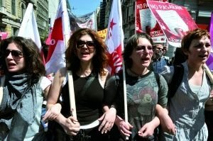 1日,希腊,示威者在雅典市中心举行五一节集会。