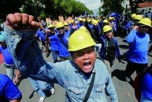5月1日,印尼雅加达,工人在五一节游行集会上呼喊口号,五一节当天,多个国家劳工举行示威活动,要求维护工人权益。