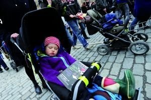 """1日,瑞典,一名""""小示威者""""在五一节集会时睡着。"""