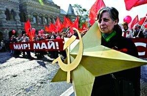 1日,莫斯科,当地民众参加五一节游行活动。
