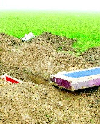 图为2011年发生在河南项城的掘墓事件现场。(资料图片)