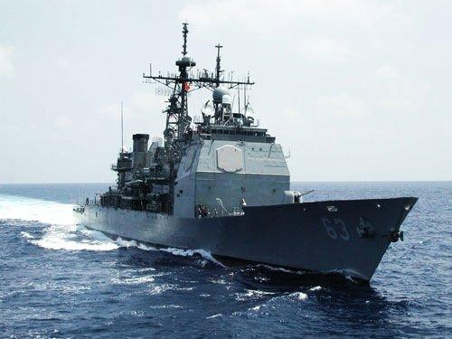 美国战舰在南海监视辽宁舰遭我军逼停后撤退